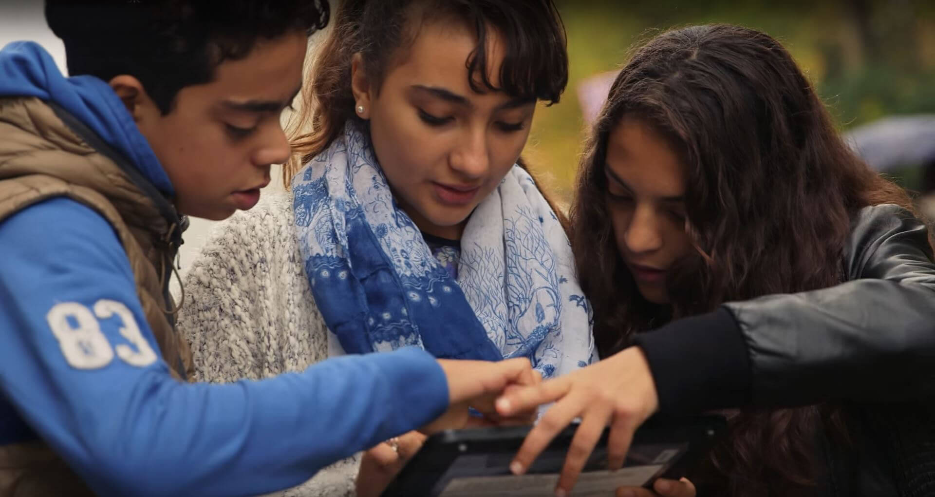 leerlingen werken met tablets