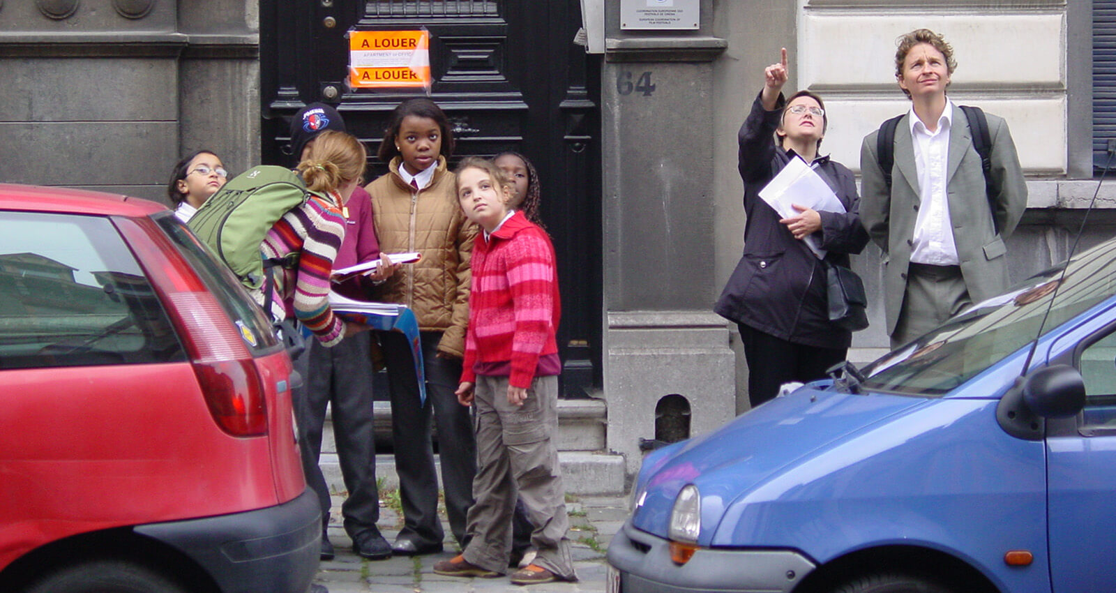 leerlingen bestuderen een huis in de schoolbuurt