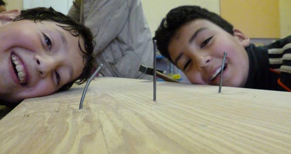 lachende kinderen kijken naar nagels