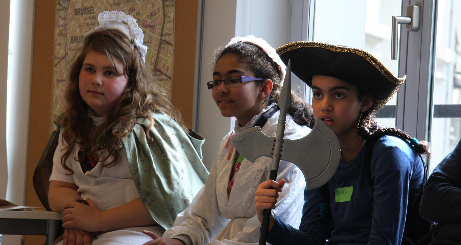 leerlingen in 18de-eeuwse kledij