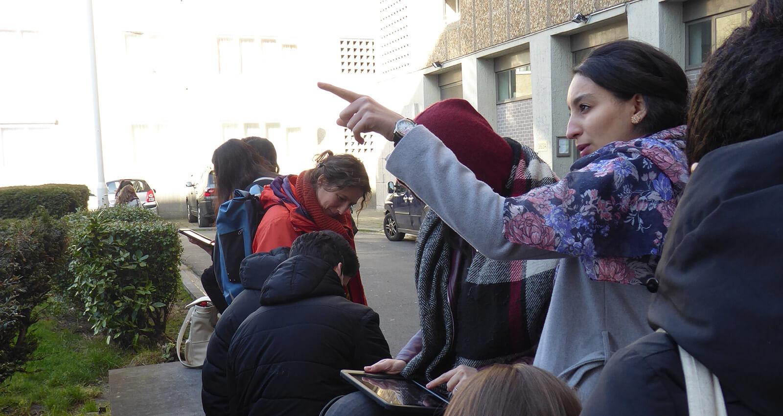leerlingen werken op tablets in de Marollen over armoede