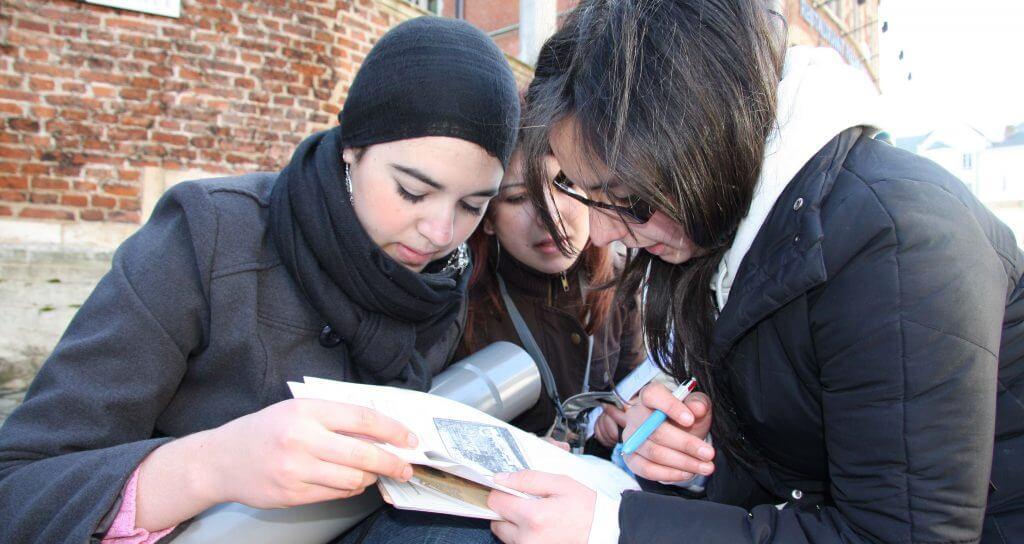 jongeren bestuderen een historische afbeelding op de Kunstberg