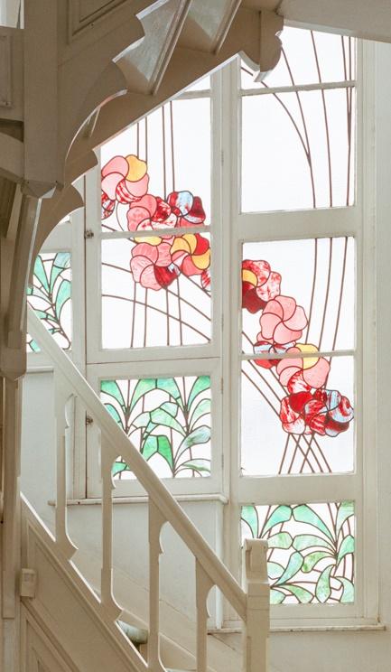Glas-in-loodraam met bloemen- en plantenmotief in een Art Nouveauwoning in Elsene.