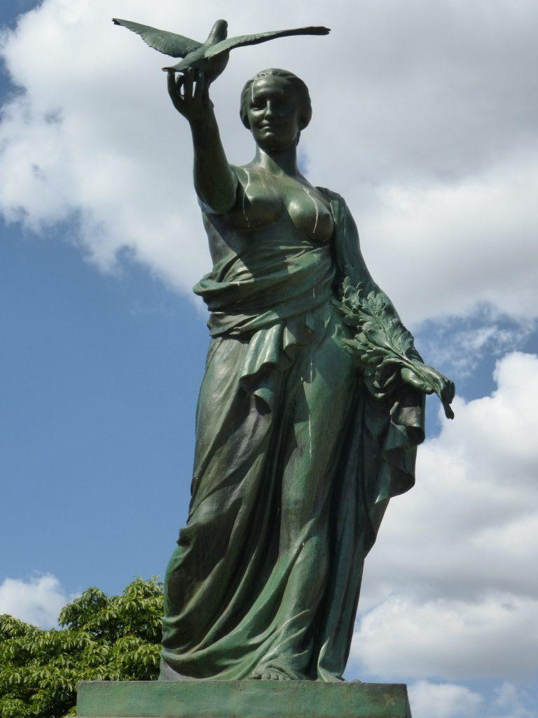 Monument voor de oorlogsduif - dame met duif