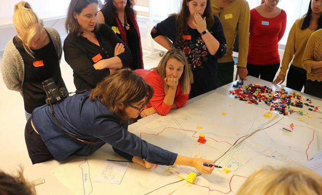 leerkrachten bouwen de 3D-kaart van Jette op