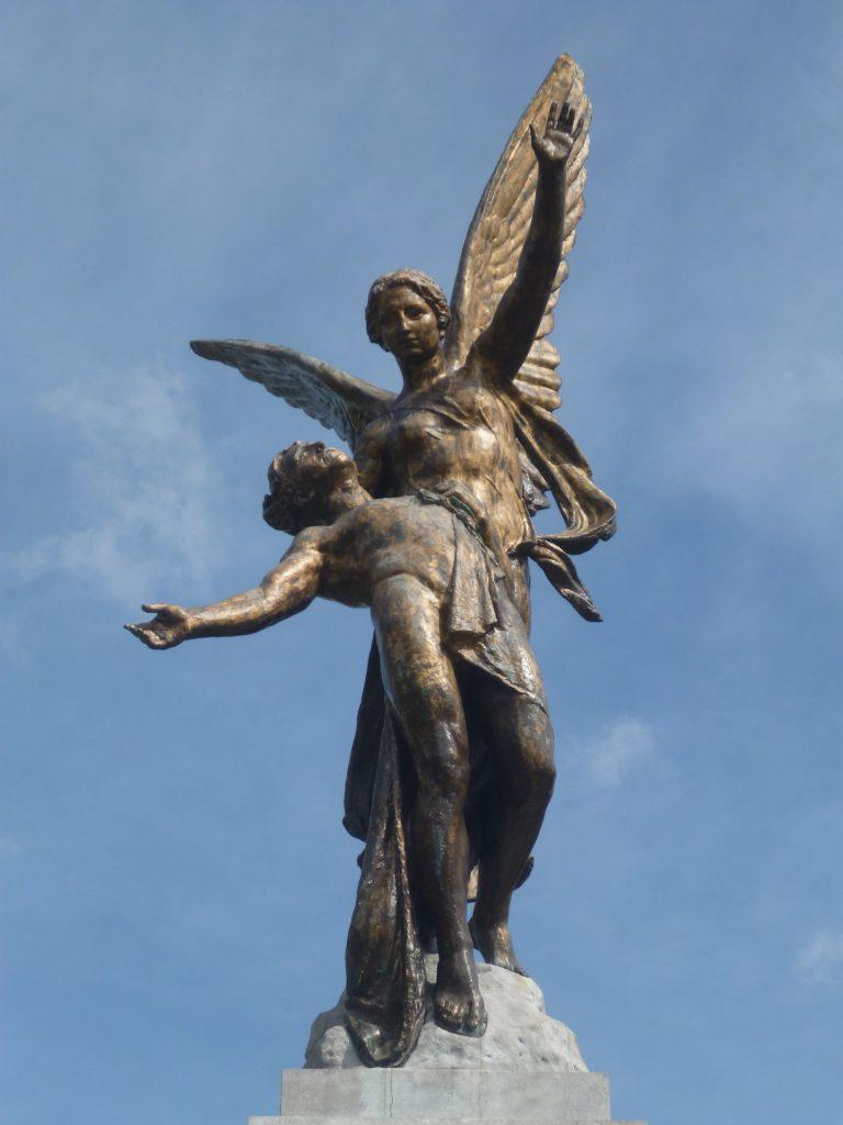 Monument voor de helden van de luchtvaart - engel met man